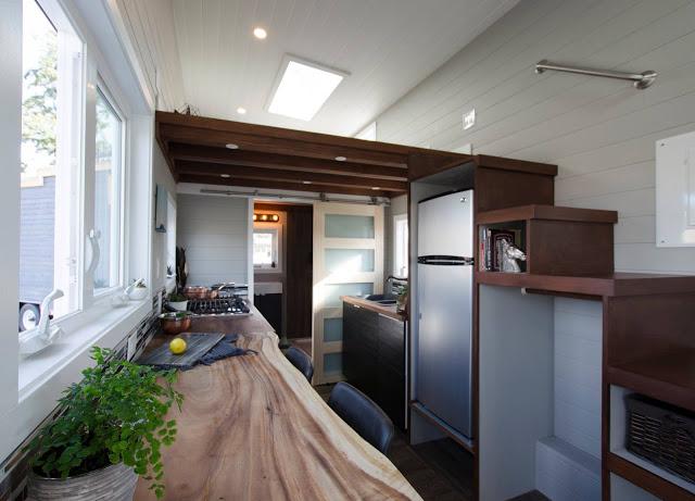 Đi qua phòng khách sẽ là khu vực bếp và nhà tắm. Toàn bộ không gian này được thiết kế nhỏ gọn ngay bên dưới gác xép.