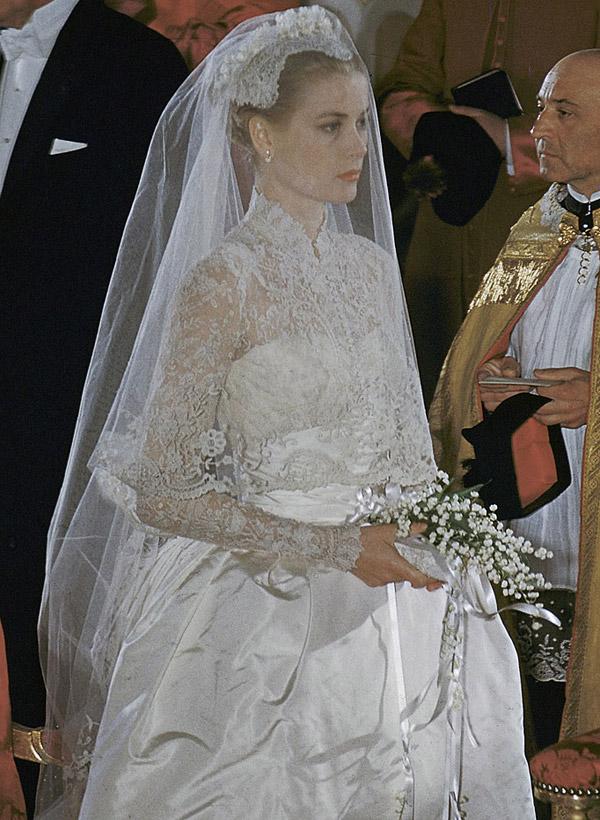 Bó hoa cưới của Grace Kelly được làm từ hoa linh lan, bọc ngoài bằng ruy băng được đính thêm lá dương xỉ nhỏ tạo nên sự hòa hợp với nét thanh lịch và nhã nhặn của chiếc váy cưới