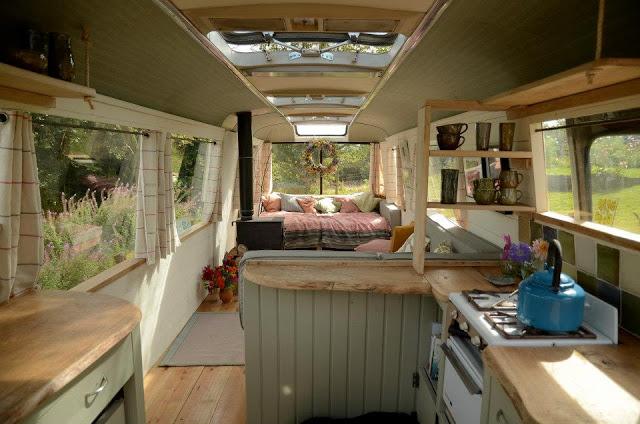 Bạn dễ dàng cảm nhận sự nhẹ nhàng, ấm áp với vật liệu gỗ và những món đồ trang trí đậm chất vintage.