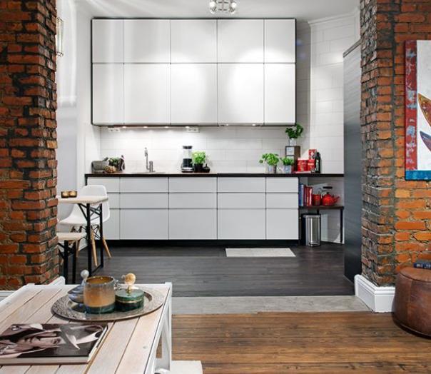 Điểm ấn tượng đặc biệt đó là 2 bức tường gạch thô phân chia không gian bếp và phòng khách tạo không gian ấm cũng và thân thiện cho khách vào nhà.