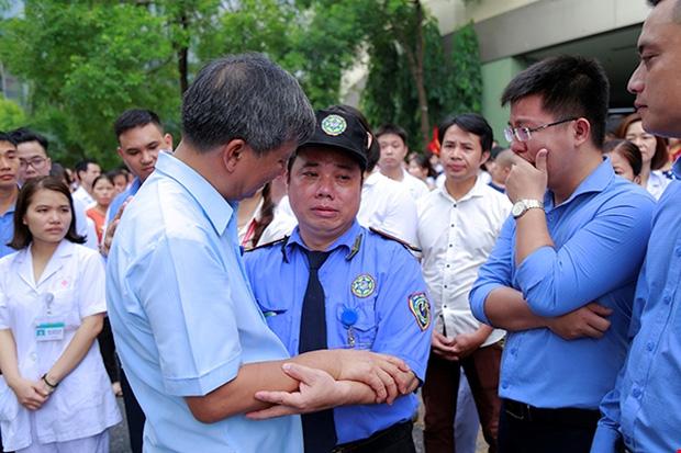Đến cả những người bảo vệ cũng không kìm được xúc động khi nghe lời dặn dò của Viện trưởng. Ảnh: Viện Huyết học - Truyền máu Trung ương