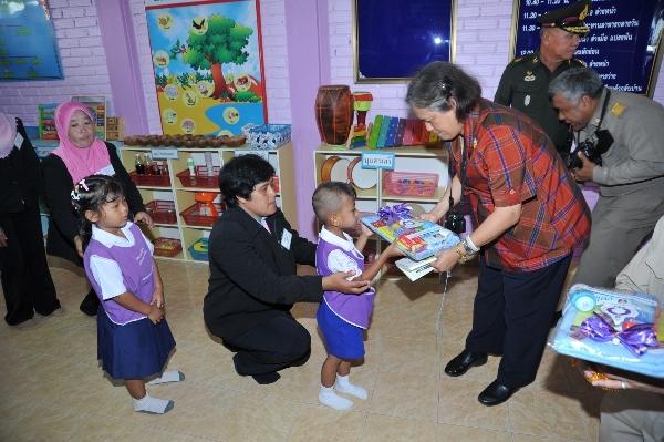 Bà thường xuyên phát quà từ thiện và tham gia vào công cuộc đổi mới giáo dục tại Thái Lan.