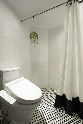 Khu vệ sinh được thiết kế với sắc trắng tinh khôi tạo nên không gian rộng thoáng, sáng bóng và sạch sẽ.