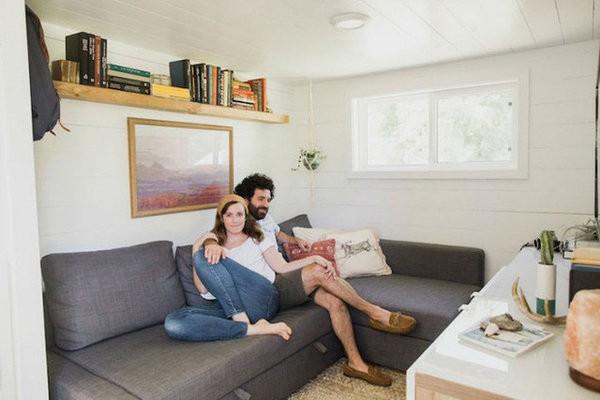 """Kelly chia sẻ, không gian yêu thích nhất của vợ chồng cô là chỗ tiếp khách. Nơi đây được thiết kế đặc biệt với bộ sofa có thể kéo rộng làm thành một """"chiếc giường tạm"""" lý tưởng. Hai vợ chồng có thể cùng nhau xem những bộ phim yêu thích mà không bị ai làm phiền."""