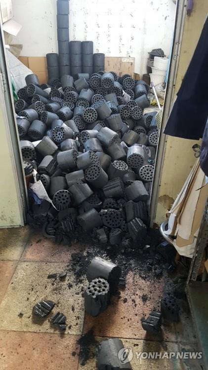 Một lò sản xuất than chịu nhiều tổn thất sau trận động đất vừa rồi.