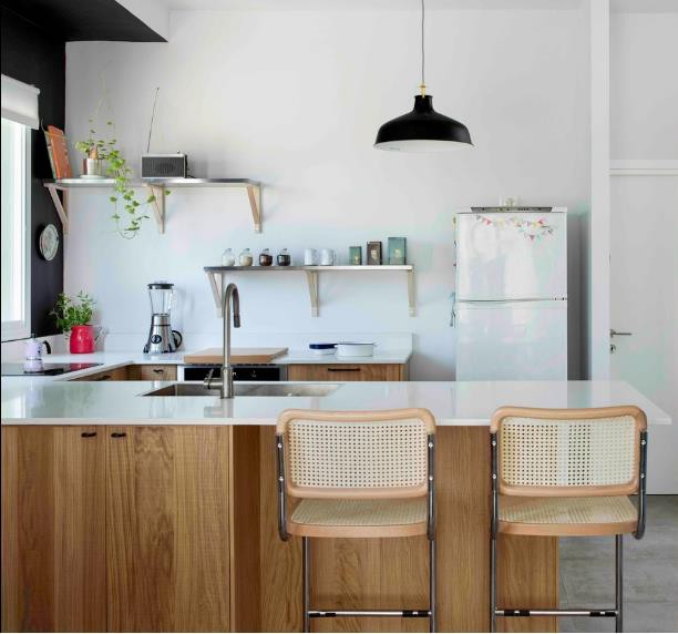 Khu bếp này trước kia là một phòng hoàn toàn riêng biệt và ngăn cách với phòng khách bằng 1 bức tường nhưng giờ đây bức tường đã hoàn toàn bị phá bỏ.