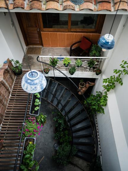 Khoảng giếng trời, nơi liên thông giữa tầng 1 và tầng 2 được kiến trúc vô cộng tinh tế có đậm không gian hoài cổ, yên tĩnh hoàn hảo cho các người lớn tuổi trong nhà.