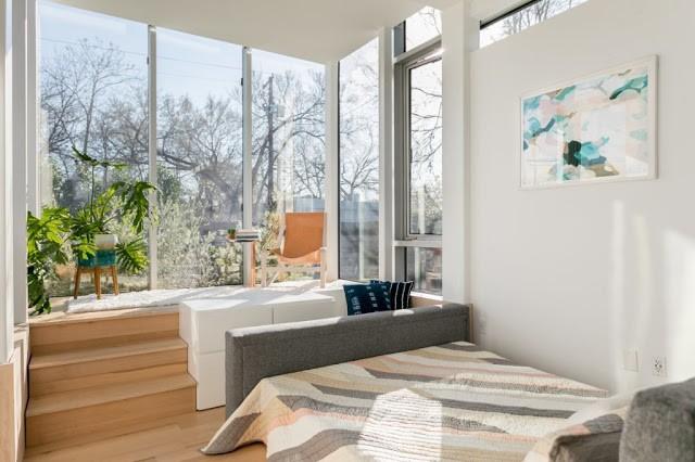 Không chỉ có đầy đủ các khu vực chức năng cần thiết mà ngôi nhà nhỏ này còn có cả một ban công tuyệt đẹp, nơi nghỉ ngơi thư giãn lý tưởng cho chủ nhà.