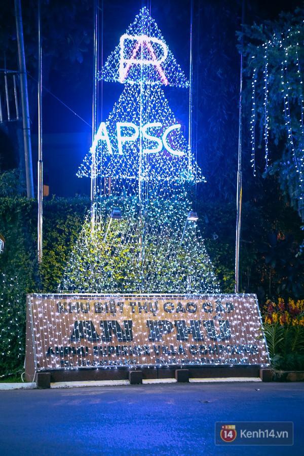Khu biệt thự cao cấp An Phú được thiết kế cây thông bằng đèn led.