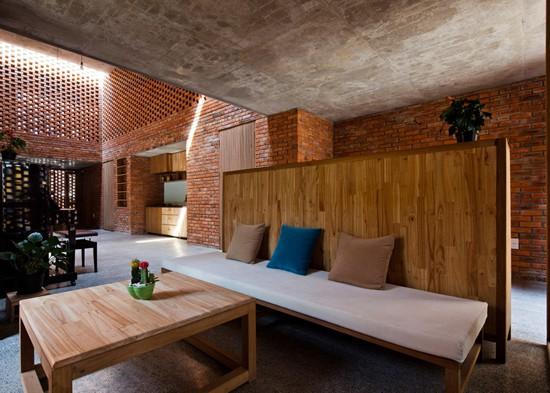 Các khu vực chức năng khác như vệ sinh, kho, phòng khách, phòng ngủ được chuyển tiếp nhẹ nhàng và lan tỏa ra xung quanh.