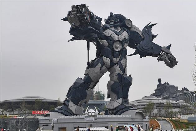Trong công viên còn có một mô hình robot khổng lồ cao 53m, làm từ 750 tấn thép.