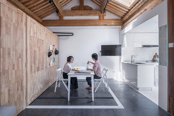 Bên cạnh là phòng bếp hiện đại còn có thể mở rộng để sử dụng như phòng ăn hoặc phòng làm việc rộng rãi.