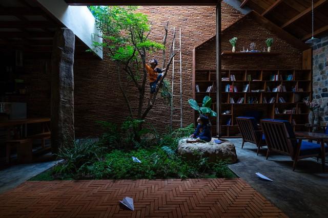 Mảnh vườn nhỏ với cây xanh nơi trẻ con có thể thỏa sức vui đùa, và leo trèo cùng cây cỏ.