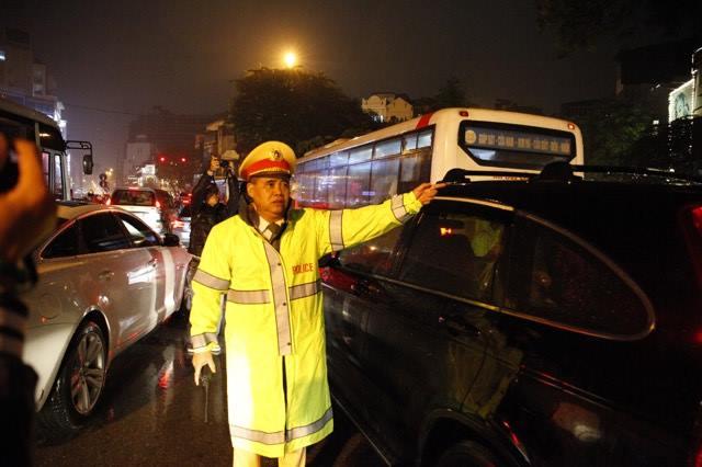 Hà Nội mưa tầm tã, đường tắc nghẹt khắp ngả - ảnh 10