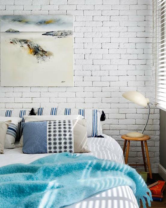 Nơi thích hợp nhất sử dụng cách trang trí này là bức tường đầu giường. Bạn có thể sử dụng loại gạch lớn màu đất hay có thể sơn lên chúng nếu bạn muốn một phong cách đơn giản không quá nổi bật.
