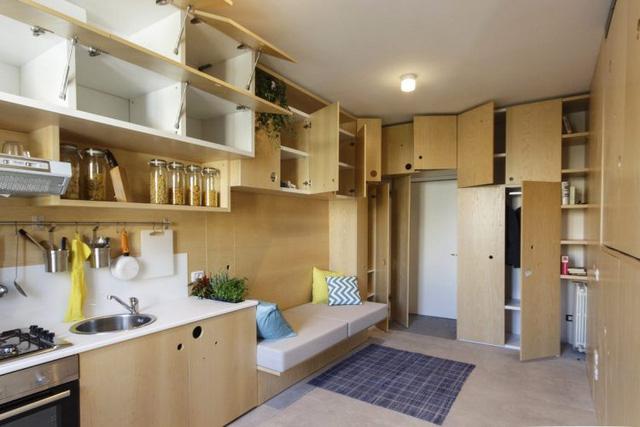 Khắp nơi trong nhà ở đâu chúng ta cũng có thể bắt gặp những ngăn tủ lớn nhỏ, gọn đẹp là nơi lưu trữ đồ vô cùng thuận tiện. Ngay lối vào nhà là phòng khách, tiếp đó là bếp ăn.