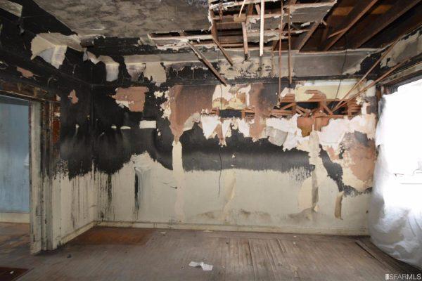 Tường và mái nhà đều hư hỏng nặng.