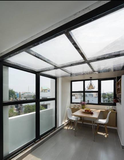 Nơi đây khi cần kín đáo hoặc tránh mưa, gió…thì chỉ cần kéo những cửa kính lại thế này.