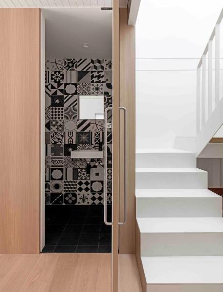Nếu không mở cửa ra sẽ chẳng ai có thể biết rằng góc nhỏ cạnh cầu thang này lại là khu vực nhà tắm.