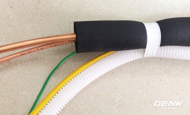 Cắt dây điện, ống nước thải có chiều dài tương tự với ống đồng.