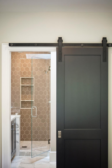 Khu nhà tắm tuy nhỏ nhưng đáp ứng được đầy đủ nhu cầu sử dụng của cả gia đình.