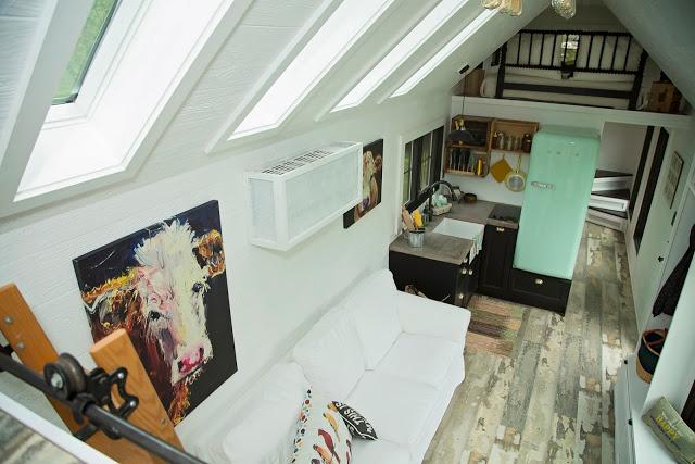 Ngôi nhà nhỏ được thiết kế với trần cao để đưa không gian nghỉ ngơi lên trên và nhường lại diện tích bên dưới để bố trí phòng khách, bếp và khu vệ sinh.