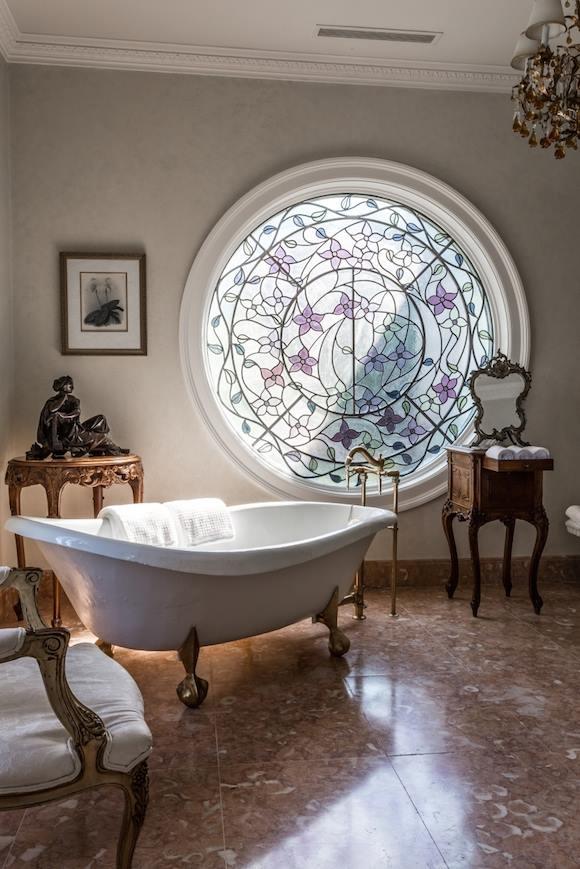 Kính màu trên ô cửa sổ tròn này rất phù hợp với cảm hứng trang trí cổ điển.