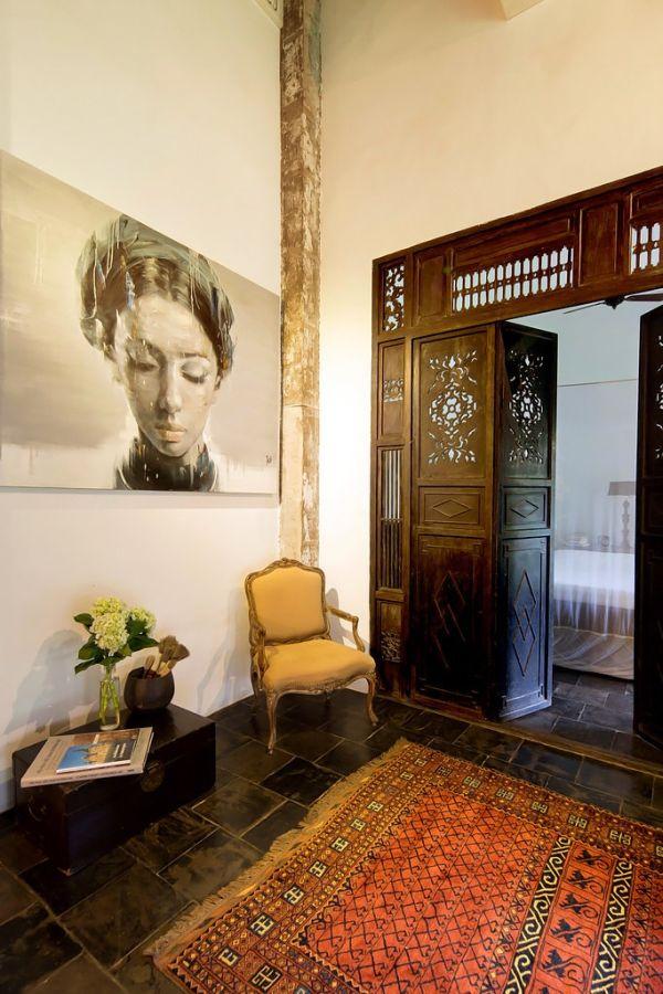 Cửa nhà được làm bằng gỗ tối màu với những hình trạm trổ khiến không gian vừa mang tính hiện đại, vừa có nét cổ điển.