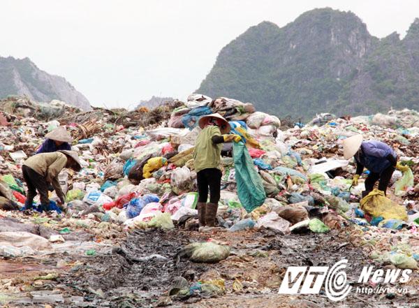 Một số phụ nữ tìm kiếm phế thải giữa bãi rác nồng nặc mùi hôi thối.
