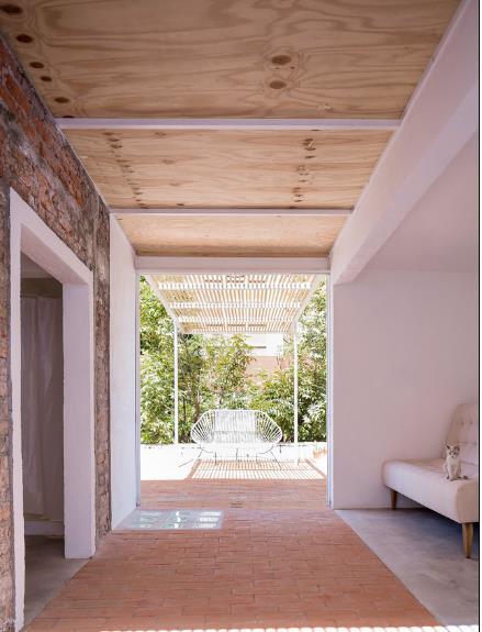Lối thông ra sân vườn được lắp hệ thống cửa trượt kính có thể mở rộng tối đa tạo sự thông thoáng cho toàn không gian.