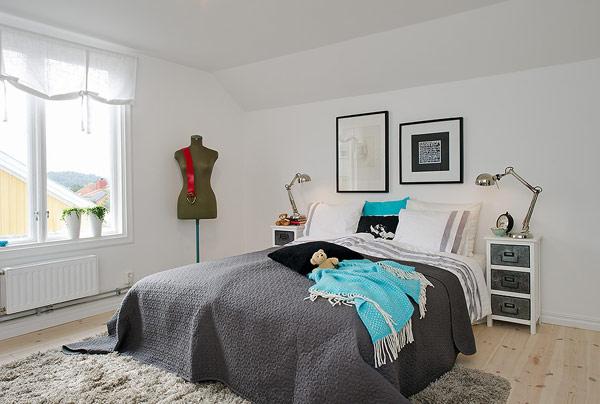 Không gian phòng ngủ không lớn nhưng luôn ngập tràn ánh sáng tự nhiên với một cửa sổ nhỏ. Mọi thứ trong căn phòng đều ở mức tối giản, phục vụ cho nhu cầu nhất định.