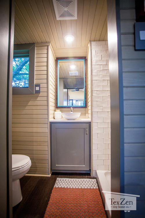 Khu vực nhà tắm tuy nhỏ nhưng rất gọn gàng và sạch sẽ.