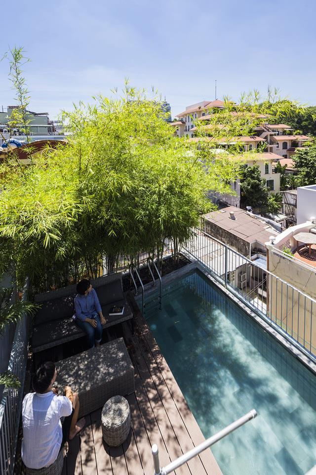Tầng thượng ngôi nhà còn được thiết kế với bể bơi xanh mát và góc thư giãn rợp bóng cây. Ngôi nhà xuất hiện nổi bật trên tờ báo điện tử nổi tiếng về kiến trúc Designboom.