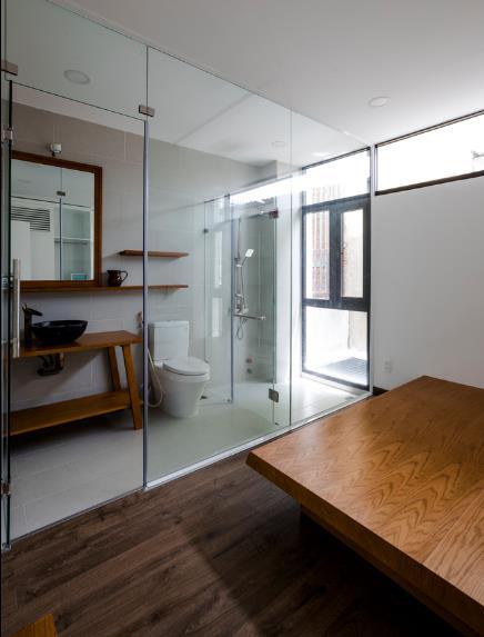 Phòng ngủ tầng 3 thoáng sáng với rất nhiều cửa kính ra bên ngoài.