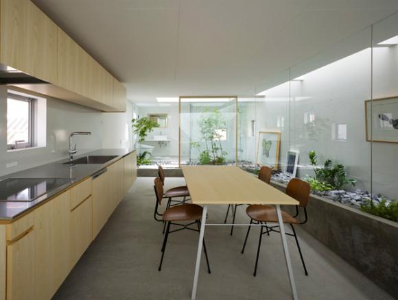Ngôi nhà nhỏ được thiết kế hai tầng với tầng 1 là khu vực bếp, nhà tắm, khu vệ sinh và những khu vườn xanh mát.