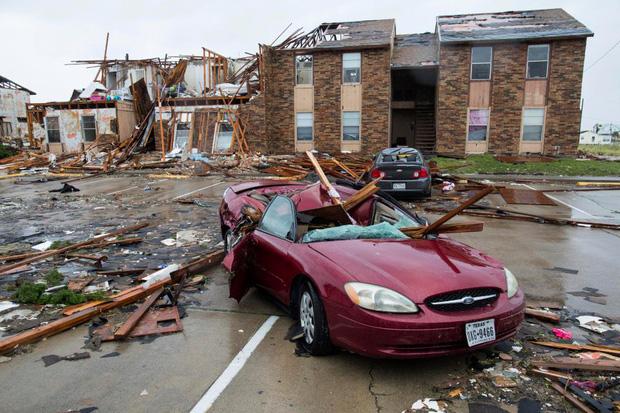 Cả những chiếc xe ô tô đắt tiền cũng không chịu nổi sức giận dữ khủng khiếp của cơn bão.