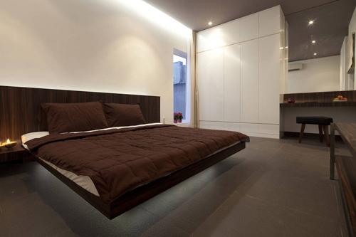 Phòng ngủ chính của bố mẹ là sự kết hợp hài hòa giữa tông màu nâu-trắng-xám tạo cảm giác vừa sang trọng vừa yên tĩnh.