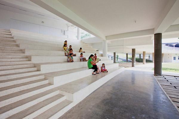 Ngôi trường dành cho các con em của những công nhân với thu nhập trung bình và thấp, nhà trẻ cũng được xây dựng với mức chi phí nhỏ hơn thông thường với các vật liệu đơn giản và phương pháp xây dựng không sử dụng nhiều kỹ thuật phức tạp.