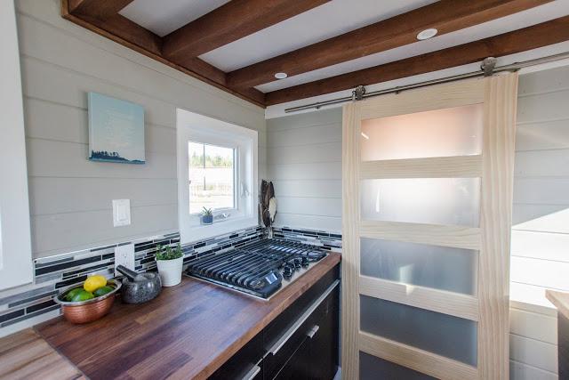 Gian bếp nhỏ nhắn nhưng sạch sẽ, gọn gàng với khu vực trữ đồ nằm bên dưới tủ, kệ bếp.