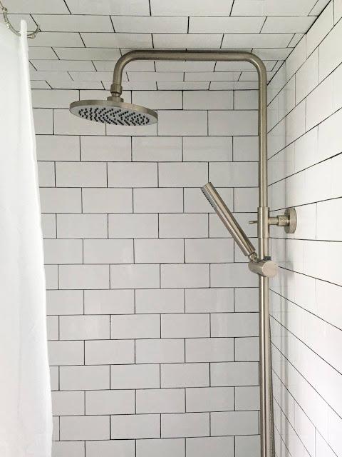 Khu nhà tắm được ốp toàn bộ gạch men , kể cả trần nhà để bảo đảm nước không bị thấm ra lớp gỗ bên ngoài.