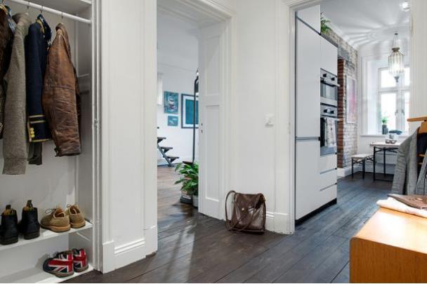 Đối diện với không gian bếp là khu vực của nhà tắm và hệ thống tủ đựng đồ của chủ nhà.