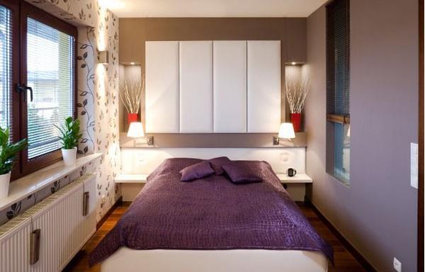 Tủ kệ vốn là món nội thất cồng kềnh và tốn chỗ. Bạn nên sử dụng tủ âm hoặc tủ cao sát trần có màu sáng để tận dụng không gian lưu trữ cũng như khiến căn phòng gọn gàng hơn.