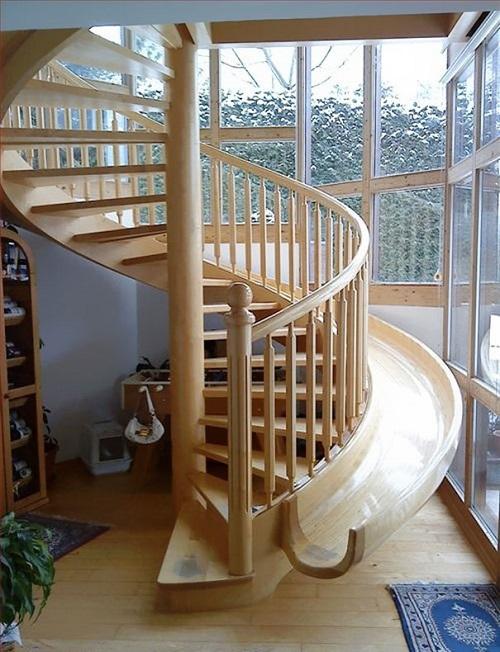 Cầu thang gỗ hình xoắn ốc kết hợp với ván trượt vừa đẹp vừa tạo khu vui chơi lý tưởng cho trẻ nhỏ.