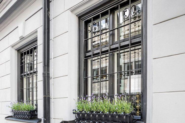 Phía ngoài cửa sổ còn được tô điểm bằng hai chậu hoa dài tạo điểm nhấn bắt mắt cho góc nhỏ.