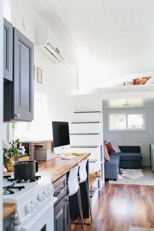 Cạnh không gian tiếp khách là một góc làm việc nhỏ. Nơi đây được bố trí gọn gàng với những món nội thất nhỏ xin tiết kiệm tối đa diện tích.