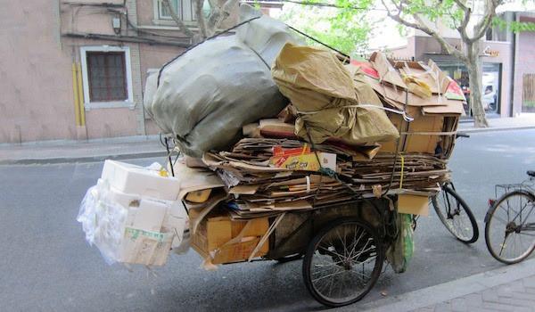 Xe chở đồ tái chế cồng kềnh - cảnh tượng thường thấy ở Trung Quốc
