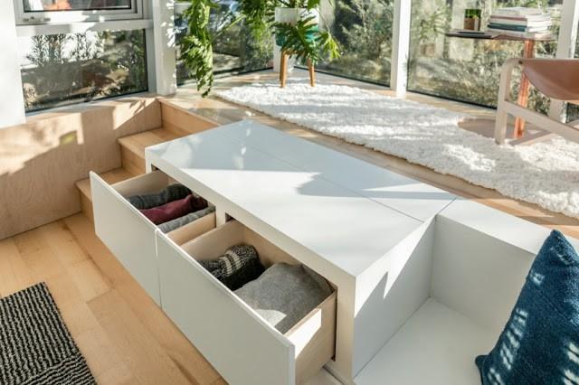 Một ngăn kéo đựng đồ thông minh được thiết kế thuận tiện ngay cạnh ban công. Khoảng không bên cạnh này vừa là nơi tiếp khách nhưng cũng đồng thời là chỗ nghỉ ngơi cho chủ nhà khi đêm về.
