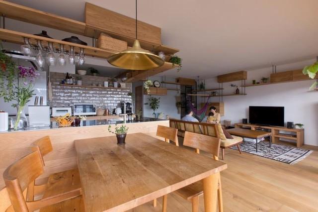 Điểm ấn tượng và vô cùng khác lạ trong căn hộ này đó chính là đảo bếp bằng gỗ cùng hệ kệ tủ vô cùng bắt mắt.