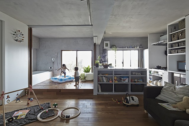 Không gian trở nên thoáng sáng và được mở rộng tối đa nhờ hệ thống cửa trượt thông minh cho phòng tắm căn hộ nhỏ này.