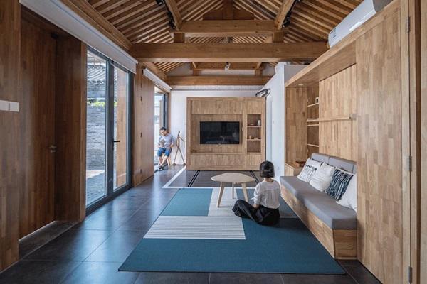 Điểm ấn tượng đặc biệt trong ngôi nhà này đó là sự xuất hiện của hệ thống modun di chuyển. Nền nhà thiết kế những đường ray giúp chủ nhà có thể dễ dàng thu hẹp hay mở rộng diện tích hết cỡ khi cần.